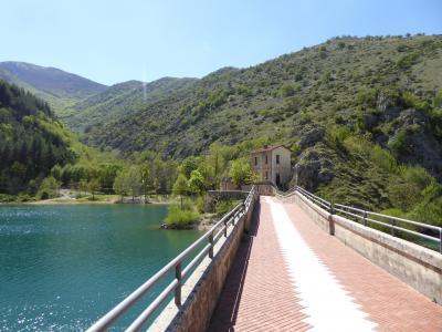 春の優雅なアブルッツォ州/モリーゼ州 古城と美しき村巡りの旅♪ Vol247(第9日) ☆Villalago:小さな教会「Eremo di San Domenico」へ橋を優雅に歩く♪