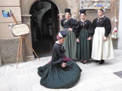 春の優雅なアブルッツォ州/モリーゼ州 古城と美しき村巡りの旅♪ Vol256(第9日) ☆Scanno:美しいスカンノ旧市街♪伝統的衣装の女性たちを眺めて♪