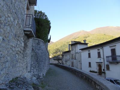 春の優雅なアブルッツォ州/モリーゼ州 古城と美しき村巡りの旅♪ Vol263(第10日) ☆Scanno:朝のスカンノ旧市街 真っ青な空と中世時代の景観を眺めて♪