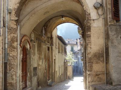 春の優雅なアブルッツォ州/モリーゼ州 古城と美しき村巡りの旅♪ Vol264(第10日) ☆Scanno:朝のスカンノ旧市街 朝日の教会と古い景観を眺めて♪