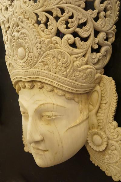 灼熱のスリランカ(19)アンバランゴダの仮面博物館でスリランカの仮面について学び、念願の白木の仮面ナリ・ラータとガルーダの仮面を手に入れる。