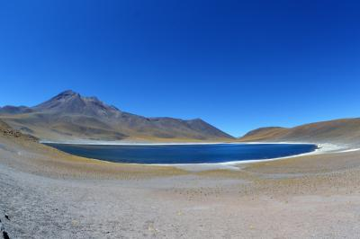 乾いた大地の奇跡を、15 アンデスの高地に佇む青い湖