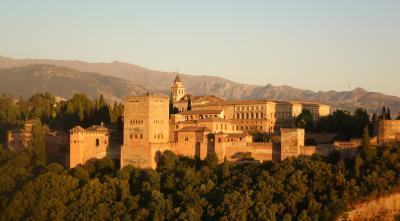 妻と行くスペイン(5-②) アルバイシンの展望台から夕陽に染まるアルハンブラ宮殿に感無量