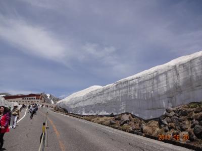 (2/2) 秘境黒部は遠かった、、が濃密なパック旅行(JTB)で楽しんだ。2日目は、目的の立山黒部アルペンルート行程で数多くの乗り物を乗り継ぎ巨大な建造物の黒部ダム、雪壁の大谷ウォークを満喫ー6月 2017年