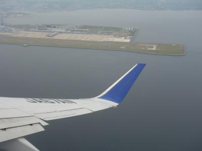 Boeing 737-800 に乗りました。ANA707便。札幌行き。青森上空で変な軌跡を描きました。