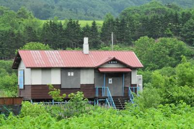 緑の牧草地とオホーツク海沿いに走った「宗谷の天北線」(北海道)