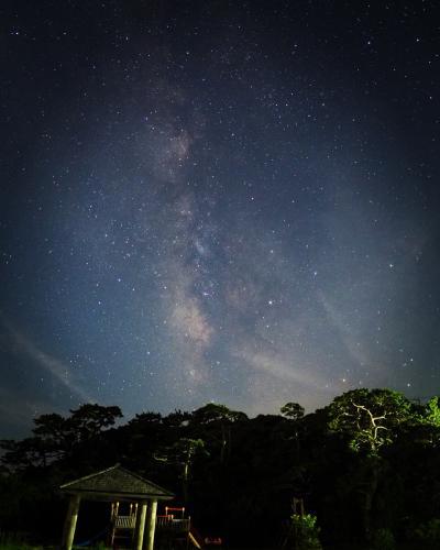 ここは東京都式根島01 午後入り。星空。天の川。美しや…