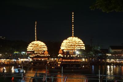 津島天皇祭のついでに名古屋城辺りと半田市街、真夏の街歩き(一日目・夜)~津島天皇祭は、ユネスコ世界遺産に登録されて観光客が激増。天皇川公園の中央池を進む六基のまきわら船は、まるでだいだらぼっちのエレクトリカルパレードです~