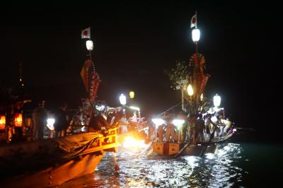 厳島神社最大の神事、宮島管絃祭~月下の暗い海を進むかがり火の管絃船とそれを曳航する江波・阿賀の船。対岸の地御前神社からの復路6キロは、平安雅楽の一方で、必死に櫓・櫂を漕ぐ男衆の勇壮な姿もなかなかの見どころです~