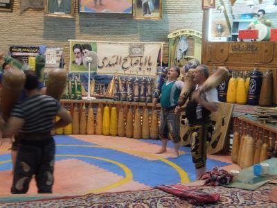 イラン2017・・・(6)ヤズド  ゾロアスター教鳥葬「沈黙の塔」 伝統の棍棒体操「ズールハーネ」