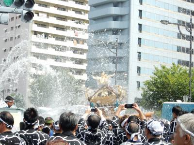 富岡八幡宮例大祭は水掛けで大騒ぎ