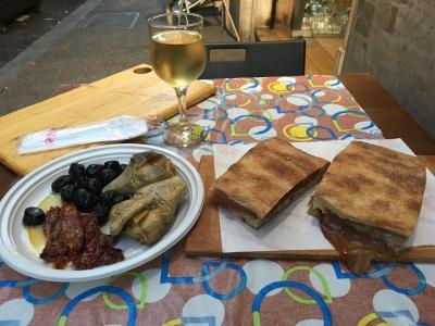 ローマのホテルと食事とフェミチーノ空港のラウンジ。