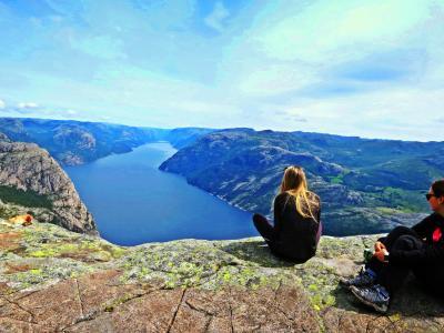 断崖絶壁から あわや転落!?☆ガイドブックにはない絶景 - ノルウェーで人気No.1の絶叫スポット:プレーケストーレン【Fjordドライブ1300km-4】