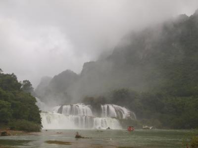 東洋のナイアガラ、中越国境の絶景バンゾック滝 Thác Bản Giốc, (中国名:徳天瀑布))見物。滝のある、中越国境Cao Bang 省への道。。。
