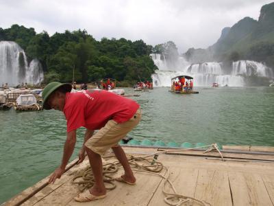 東洋のナイアガラ、中越国境の絶景バンゾック滝 Thác Bản Giốc(中国名:徳天瀑布))見物。カオバンの街から、滝には、さらにバスで2時間ちょっと!!!
