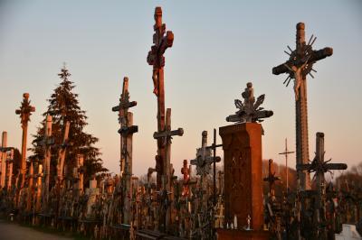 リトアニア シャウレイ 夕日に染まる十字架の丘