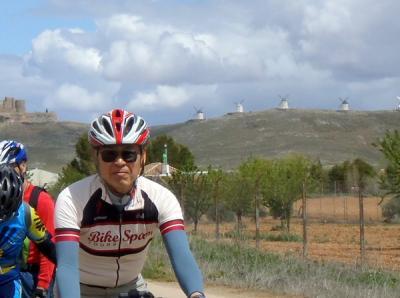 D4 トレド観光後、コンスエグラから風車を背にラマンチャ平原を走る