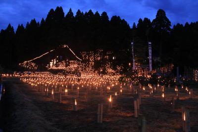 小さな集落の里山を竹灯篭が照らす、長田萬燈祭