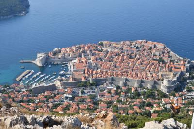 クロアチアメインの旧ユーゴ4ヶ国と最後に少しオーストリア1人旅 その1:往路+ドゥブロヴニク編① 城壁とスルジ山山頂から見るオレンジ色の統一された屋根が並ぶ旧市街