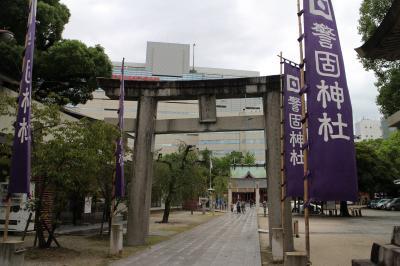 福岡の街を少しだけ歩く、警固神社と地下鉄がデザインされたマンホール蓋を探しに。
