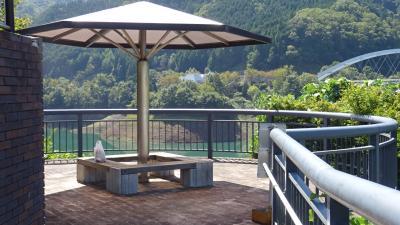 日吉ダム湖畔で昼食と日吉ダムビジターセンターの見学。