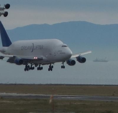 Dream Lifter の離陸と着陸を見てきました。同じ飛行機でしょうか。