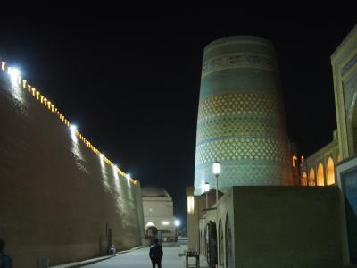 イスラムのオアシス都市のヒヴァの夜の街歩き