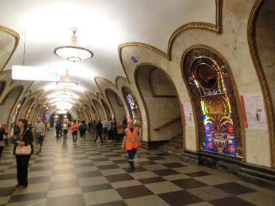 ちょこっとモスクワで2泊 その6 ロシア版洋風居酒屋で夕飯を戴き、芸術的な地下鉄駅へ。撮影許可がおりた所のみで撮影しました。