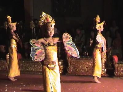 動画 バリ島 ウブド王宮のレゴン・ダンス 4編 中巻。