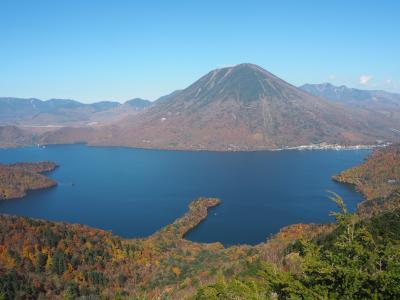 紅葉の日光中禅寺湖と半月山