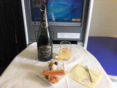 ANAビジネスクラスで秋のニューヨークへ ② 羽田国際空港-JFK国際空港間の全日空ビジネスクラス(ボーイング777-300ER)の機内(ファーストクラスシートも!)、食事&デザート&アルコール♪ ラウンジでセーブした分、今回も思う存分飲みまくり&食べまくります (*´ω`*)
