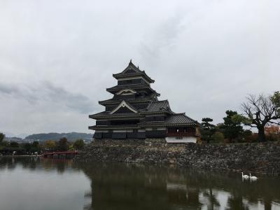 小雨の松本市内をぶらぶら歩いて松本城を見てきた