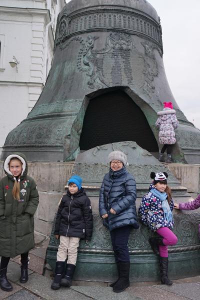 初冬のロシア旅(6)クレムリンの武器庫でイースターエッグに驚き、大砲と鐘の皇帝で記念写真。