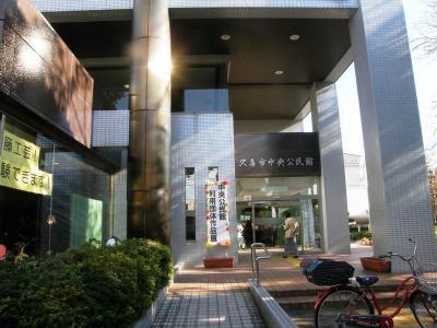 久喜市中央公民館利用者団体作品展で芸術の秋を楽しみました・・・①1階展示物を見る
