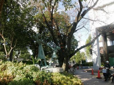 久喜市中央公民館利用者団体作品展で芸術の秋を楽しみました・・・②2階展示物を見る