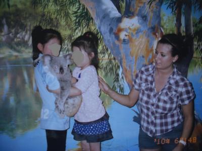 6才と4才の娘がケアンズの私立小学校と幼稚園に留学④。ナイトズーでコアラ抱っことダンス♪。