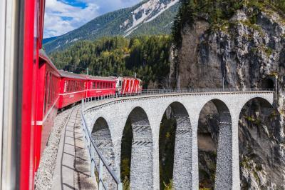 2017年 秋色のスイス(12)氷河特急ルートを普通電車でサン・モリッツへ