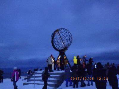 オーロラ ノールカップ:海から垂直に307m切り立った、北緯71度に位置する北端近くの岬
