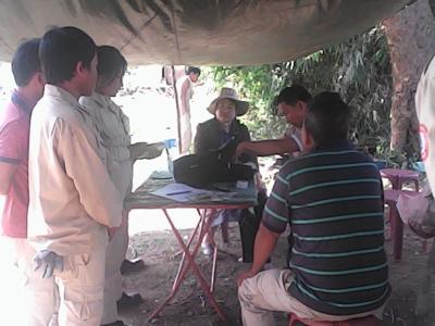 セコンのUXO(ラオス政府の不発弾対策機関)。ジャンルの中の不発弾処理ベースキャンプへ給料配達ツアー。同行していいんですか?いいんです。ここはラオスです。。。