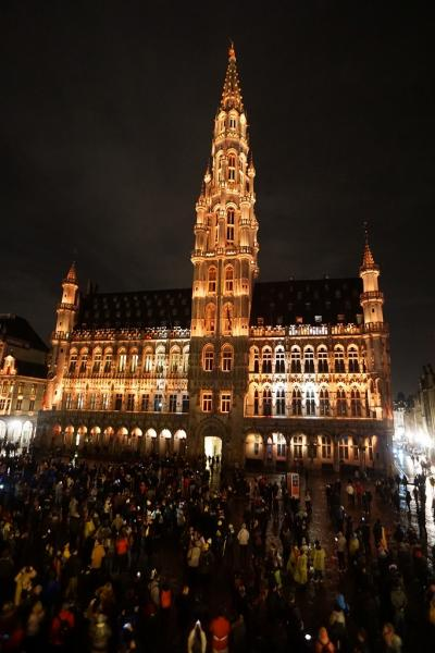 ドイツ・ベルギー・オランダ3か国のクリスマスマーケット巡り(7)夜のグランプラスでムール貝を食べながら音と光のショーを楽しむ。