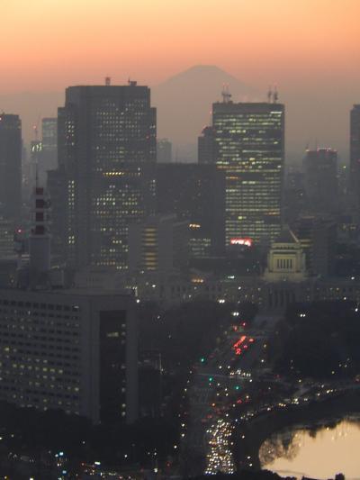冬至の日に丸の内ビル36階から見られた影富士