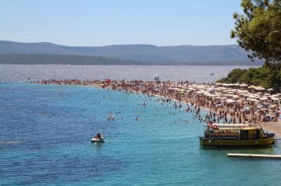 真夏の東欧クロアチア・アドリア海の旅 その2 ブラチ島のBol、「黄金の角」と呼ばれるズラトニ・ラットビーチへ