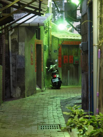 初めての台湾旅No.15<鹿港>夕暮れの鹿港を歩こう 鹿港老街と細い路地 摸乳巷 街灯に照らされた九曲巷