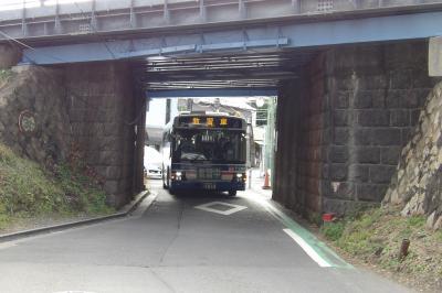 菊名駅前の旧綱島街道をバスが通ります