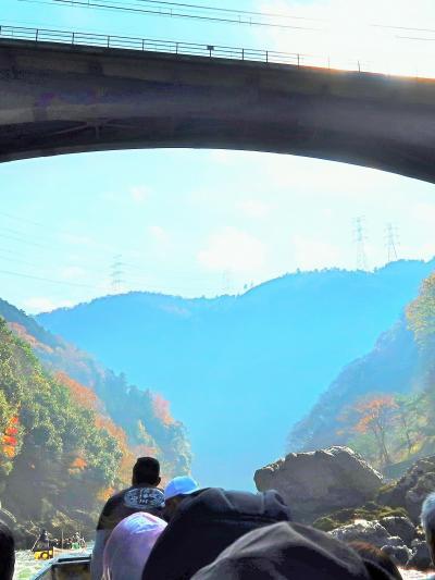京都-5 保津川下り2/6:亀岡⇒嵐山 保津峡あたり ☆操船、船頭三人が協力して