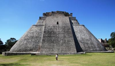 ウシュマル遺跡で魔法使いが一夜で造り上げたとの伝説が残る優美な曲線のピラミッドと初逢瀬