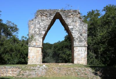 凱旋門のあるカバー遺跡でクロコンドルと初逢瀬後マヤ人の民家訪問
