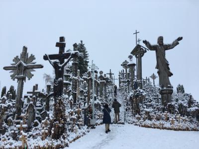 バルト三国 (2) 雪化粧の十字架の丘と カウナスの街歩き