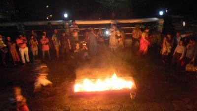 還暦過ぎ夫婦世界一周スリランカ、キャンディダンス最後は迫力の火渡りだ!