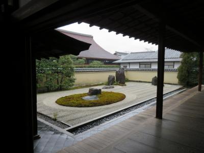京都案内(雨の降る朝の大徳寺と龍源院)